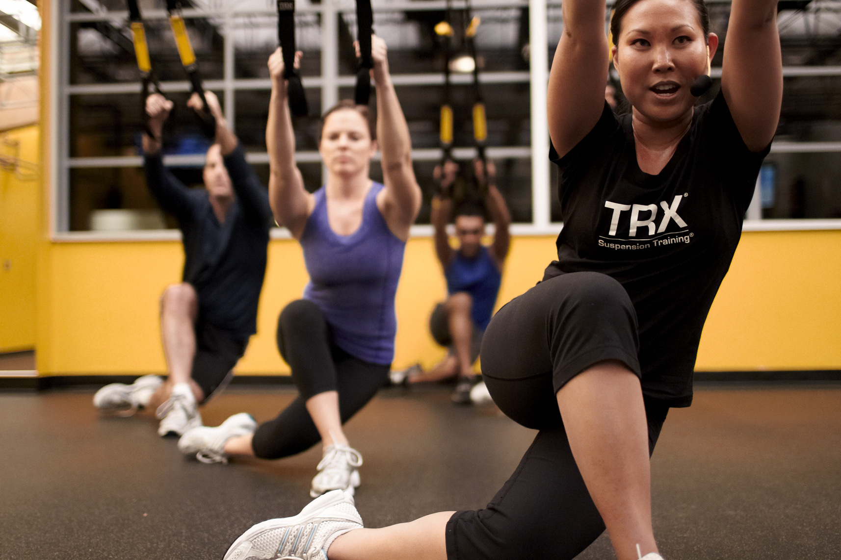 TRX group class doing crossing balance lunge