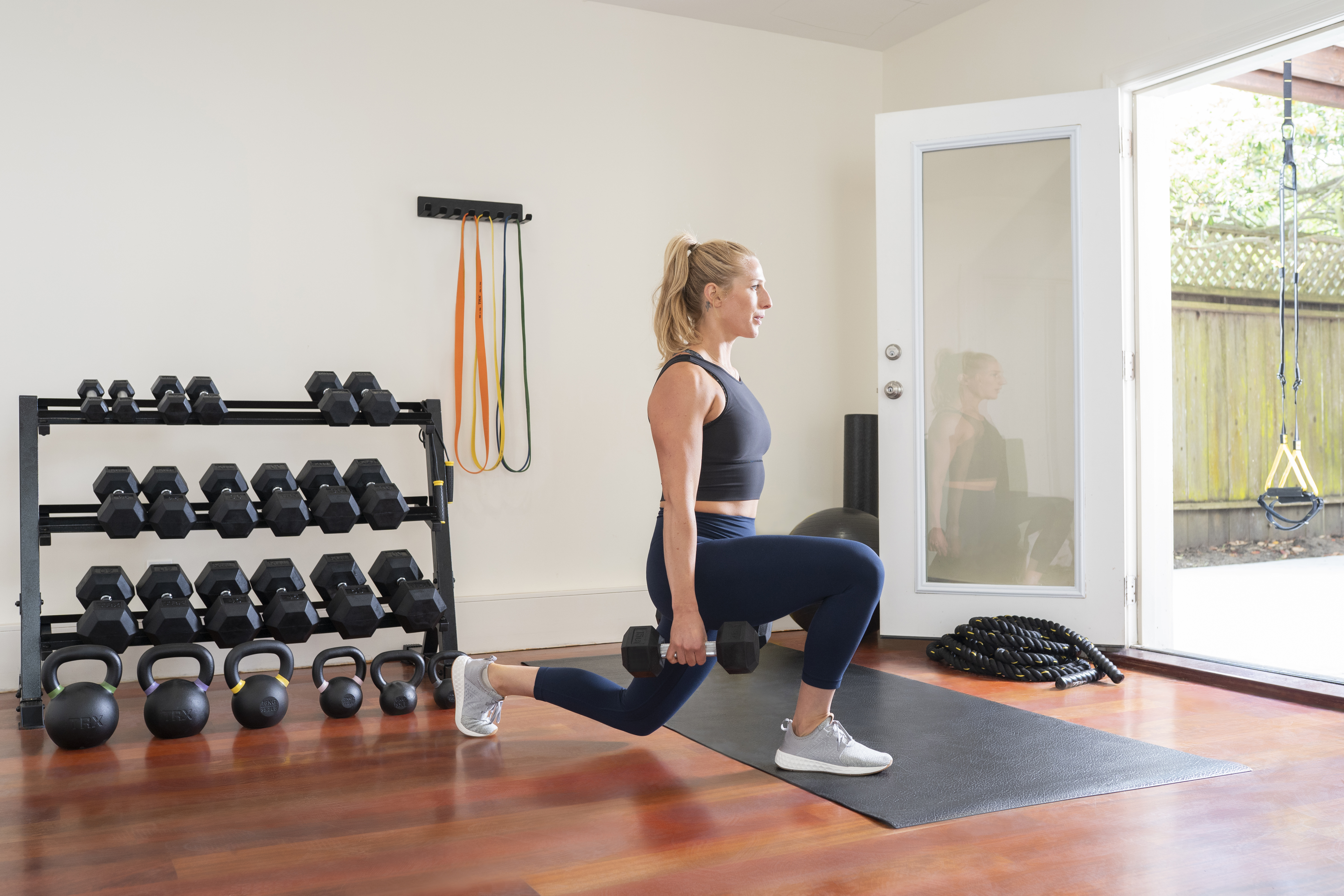 Blonde_woman_lunging_with_TRX_Dumbbells