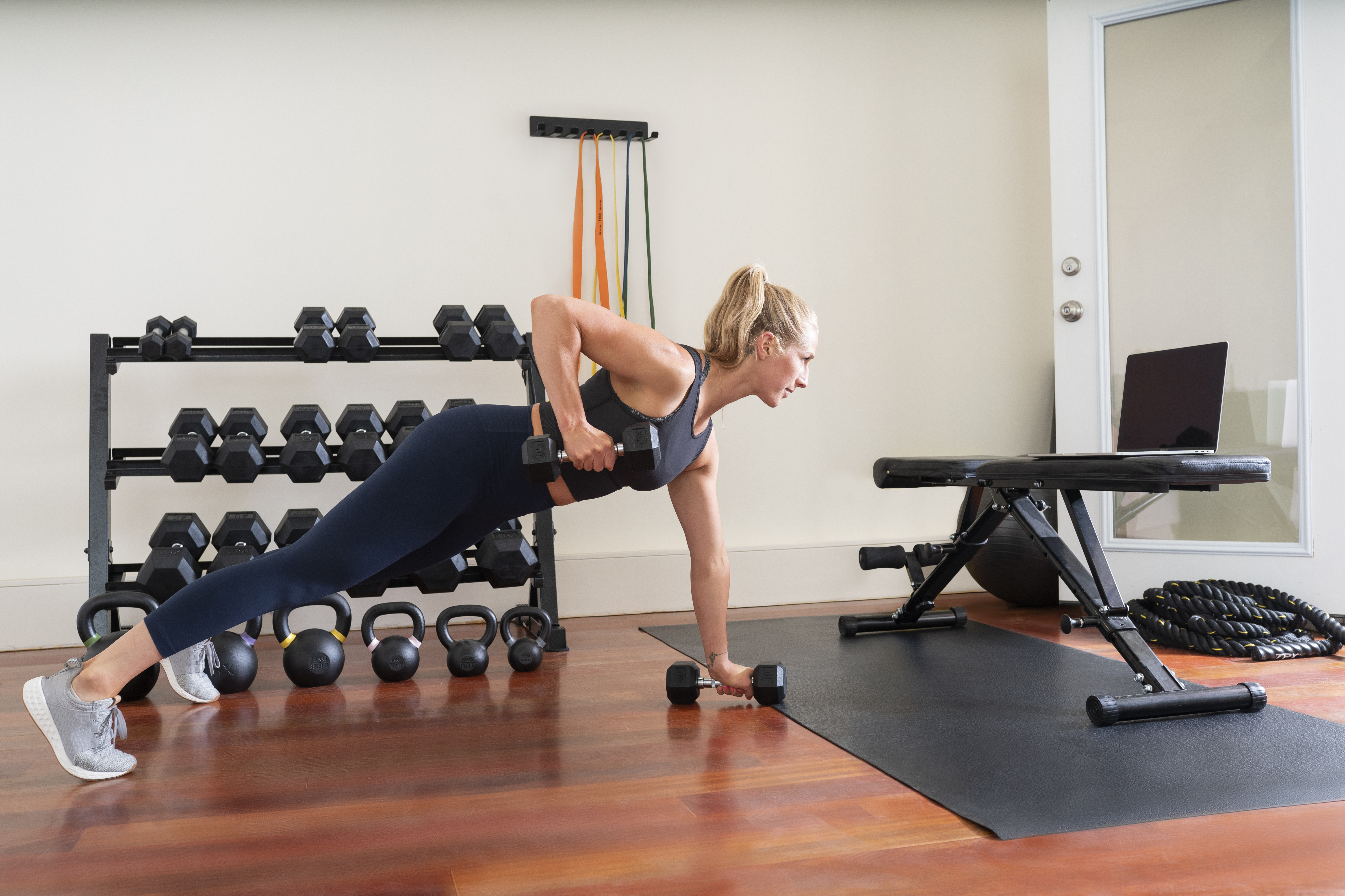 Blonde_woman_performing_renegade_row_with_TRX_dumbbells